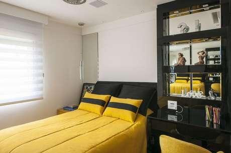 38- Combinar o preto com cores de tintas mais vivas são uma excelente alternativa na hora de escolher cores de casas. Projeto de Érica Salguero.