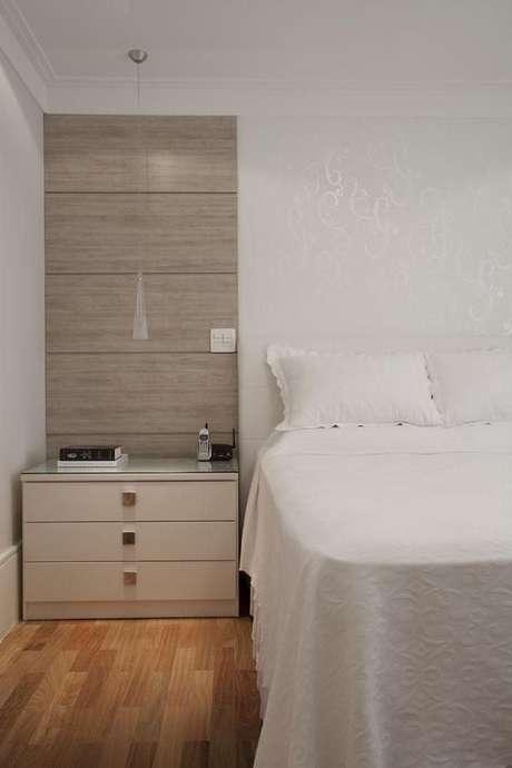 41- O papel de parede branco é uma ótima opção de cores de casas. Projeto de Deborah Basso