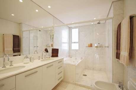 40- Cores de parede e azulejos brancos ficam incríveis no banheiro. Projeto de 3K Arquitetura e Interiores