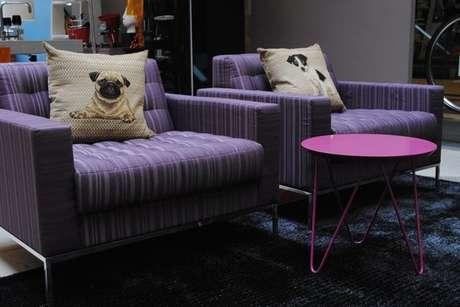 7- As cores de tintas análogas rosa e roxo foram a aposta de Carlos Zaranzza em seu projeto.
