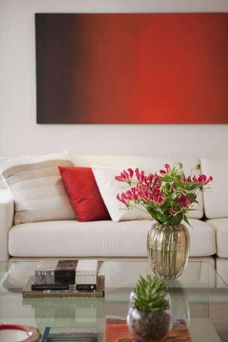 16- Se não quiser investir nos tons de vermelho para cores de parede, aposte nos detalhes. Projeto de Marcelo Rosset.