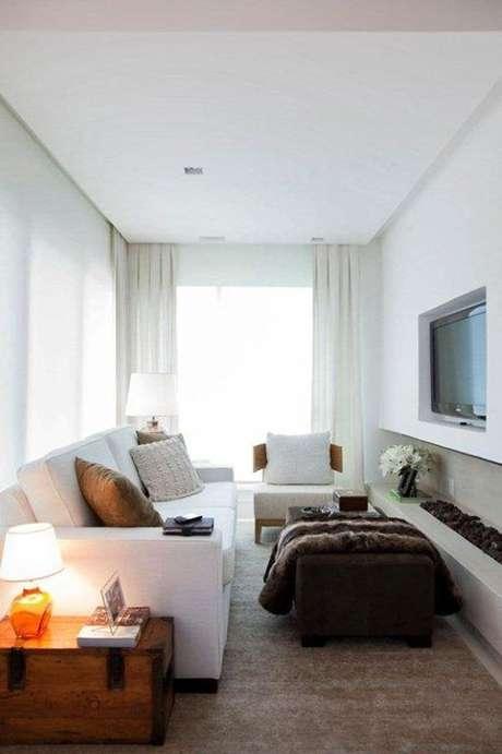 42- A sala estreita fica mais ampla com cores de parede brancas. Projeto de Dado Castello Branco