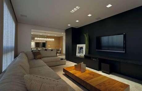 63- A parede preta deixa a sala com um ar muito sofisticado