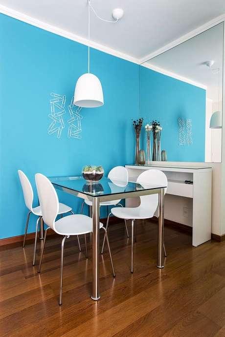 25- As cores de parede azuis ficam bem na sala de jantar. Projeto de Luciane Mota.