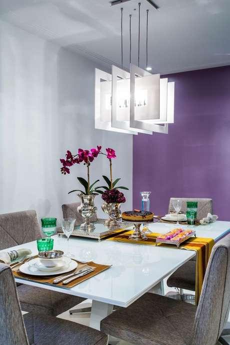 27- As cores de parede roxas na sala de jantar remetem à elegância. Projeto de Milla Holtz.