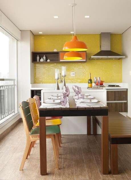 8- As cores de tintas análogas amarelo, laranja e verde encontram-se na varanda de Adriana Fontana.