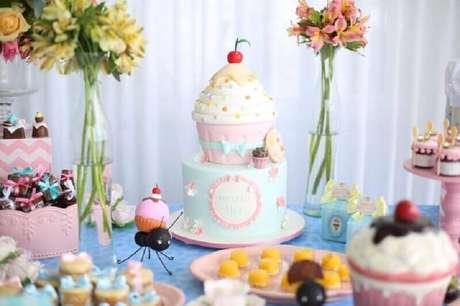 46. Capriche no bolo mesversário para destacar bem a decoração da mesa – Foto: Cantinho da Maternidade