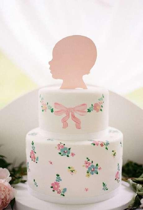 47. Delicado bolo mesversário de menina com estampa de flores rosas e azuis – Foto: 100 Layer Caketet
