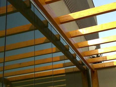 38. Detalhe de pergolado de madeira sem cobertura para entrada de luz. Projeto de Leonardo Mantovani