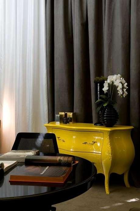 39- Invista em móveis coloridos combinados ao preto. Projeto de Mauricio Karam