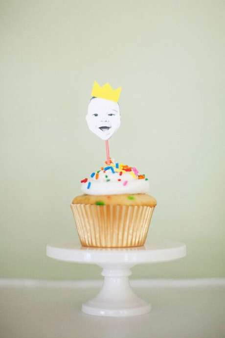 48. Já pensou em usar tags com o rostinho da criança na decoração do mesversário? Fica uma graça – Foto: Pinterest