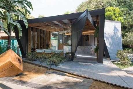 33. Espaço comercial com pergolado de madeira e estrutura metálica. Projeto de Otto Felix