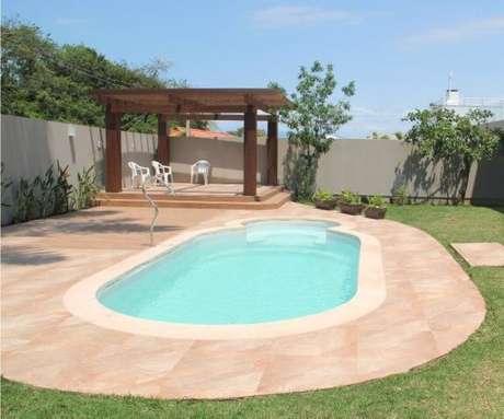 85. Jardim com pergolado e piscina oval – Foto: Anny Maciel