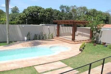 88. Casas com piscina merecem um pergolado para compor a decoração da área externa – Foto: Anny Maciel1