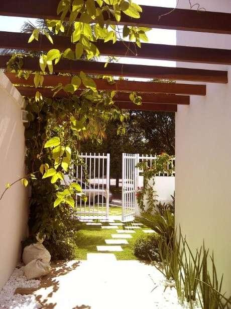 50. O pergolado também pode ser usado na entrada de casa – Foto: Margareth Salles
