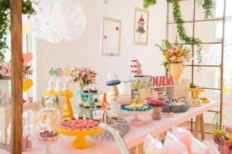 49. Linda decoração para mesa de mesversário bem colorida – Foto: Blog Encontrando Ideias