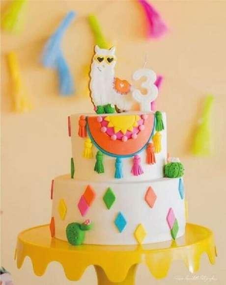 51. Linda e divertido bolo mesversário com lhama no topo e detalhes bem coloridos – Foto: Mamãe festeira blog