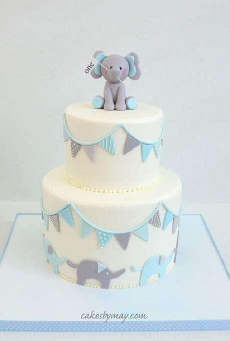 52. Delicado bolo mesversário com tema bebê elefante – Foto: Cakes by May