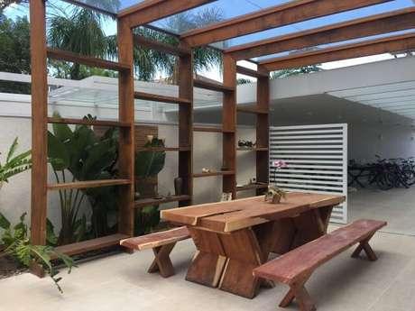 73. Decoração para área externa com mesa e pergolado de madeira – Foto: Thais Oliveira Interiores