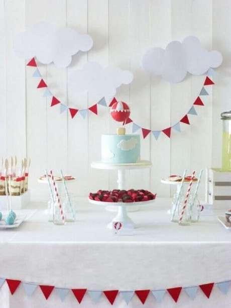 53. Decoração em tons de cinza, azul e vermelho para mesversário com tema balões – Foto: Mami e Mais