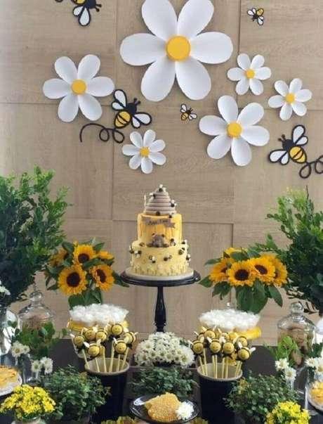 54. Mesversário decorado com tema de abelinhas – Foto: Pinterest