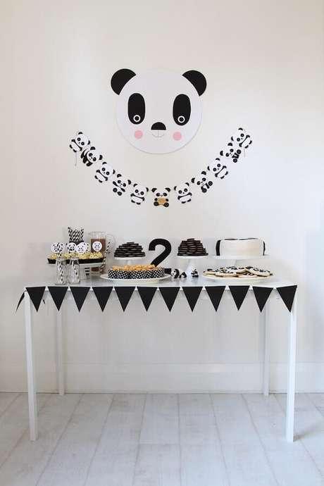 57. Mesversário simples decorado com tema de urso panda e bandeirinhas pretas – Foto: Air Freshener