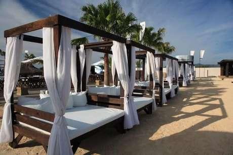 74. Móvel de praia com pergolado de madeira com cortina – Foto: Marchetti Bonetti