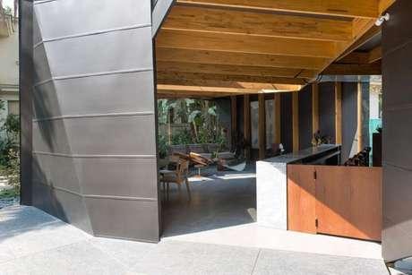 76. Recepção decorada com estrutura metálica e pergolado de madeira – Foto: Casa Cor 2016