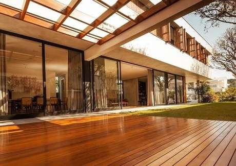 91. Projeto de casa moderna com piso de taco e pergolado de madeira para área externa – Foto: Marchetti Bonetti