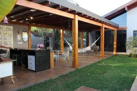 64. Pergolado de madeira com teto de metal para área externa – Foto: Bianca Monteiro