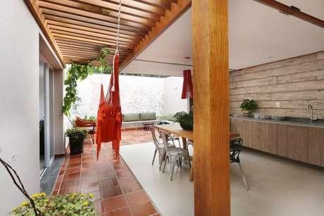 65. Faça um mix de madeiras diferentes para a decoração da área externa com pergolado de madeira – Foto: Antonio Armando de Araujo