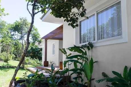 51. Pergolado de madeira decorando áreas separadas da casa – Foto: Renata Matos