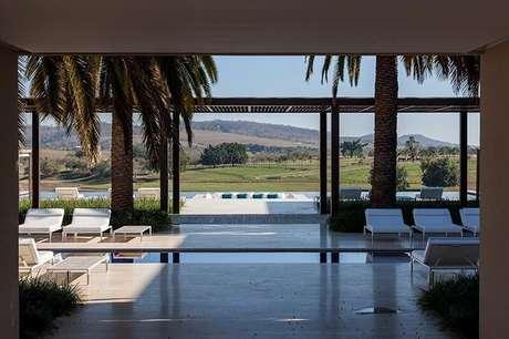 94. Pergolado de madeira na área da piscina para decoração de casa sofisticada – Foto: Roberto Migotto