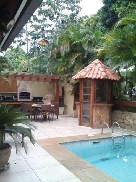 100. Pergolado de madeira para área externa com churrasqueira e piscina – Foto: Margareth Salles