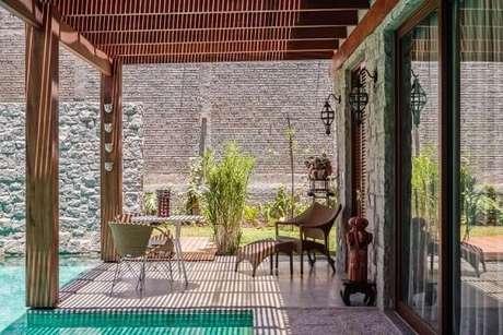 103. Decoração para área externa com piscina e pergolado de madeira – Foto: AMC Arquitetura
