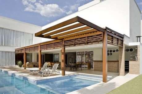 96. Casa com pergolado de madeira na área da piscina – Foto: DG Arquitetura