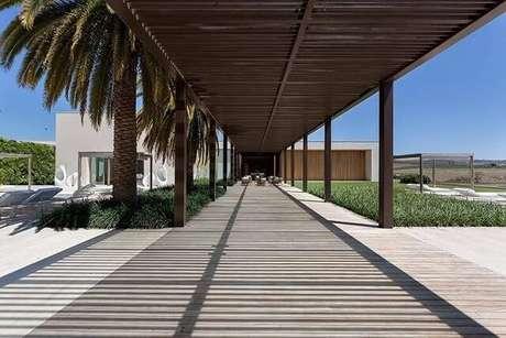 101. Jardim amplo decorado com pergolado de madeira – Foto: Roberto Migotto