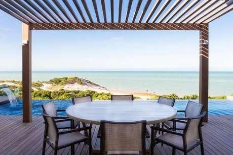 69. Deck com piscina infinita decorado com pegolado de madeira – Foto: Renata Matos