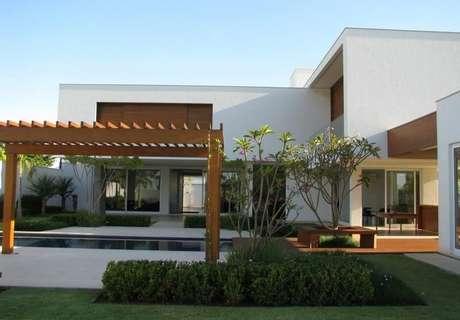 98. Decoração para casa moderna com área externa ampla com piscina e pergolado de madeira – Foto: Roberto Migotto
