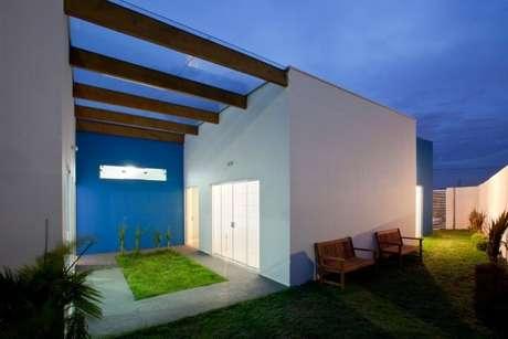 45. O pergolado de madeira pode receber um telhado de vidro para ficar mais funcional – Foto: Brunete Fraccaroli