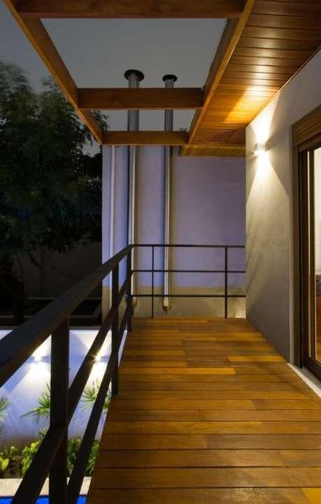 67. Decoração de sacada com pergolado de madeira e guarda-corpo de ferro – Foto: Otoni Arquitetura