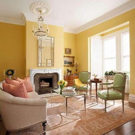 60- A sala também pode usar o amarelo para parecer mais iluminada e alegre