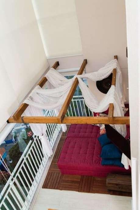 66. Sala decorada com pergolado de madeira – Foto: Marcia Rubinatti