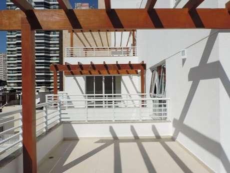 54. Áreas comerciais também podem utilizar o pergolado em seu projeto – Foto: Ilha Arquitetura