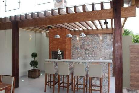 79. Varada gourmet com churrasqueira decorada com ladrilho hidráulico e pergolado de madeira e vidro – Foto: Bianca Monteiro
