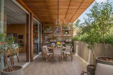 56. Varanda decoração com pergolado de madeira e treliça de plantas – Foto: Casa Cor Franca 17