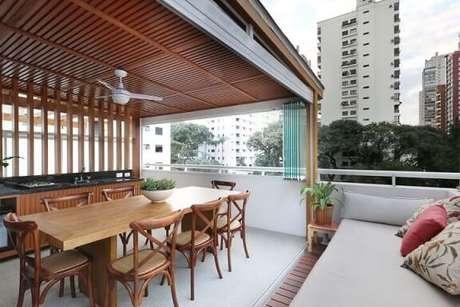 60. A varanda gourmet fica muito mais charmosa com um pergolado de madeira – Foto: Maria Gabriella Cardinal