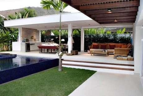 59. Decoração para casa moderna com varanda gourmet com pergolado de madeira – Foto: Rawi Arquitetura