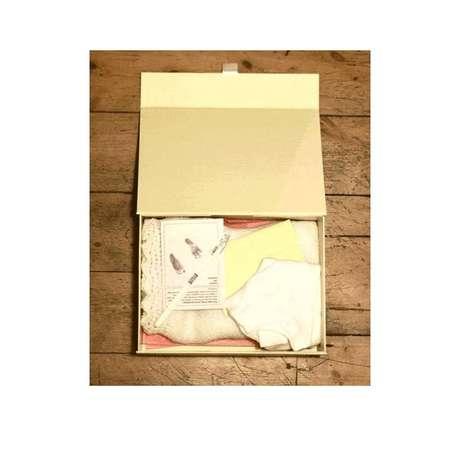 Una caja con pertenencias de la bebé