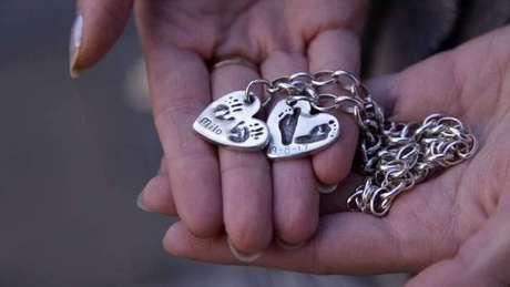 Una cadena con dos corazones
